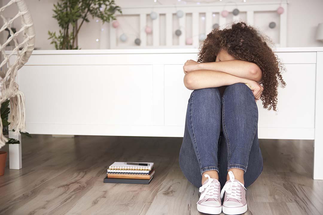 depressed-teenage-girl-in-her-room-LP9APSF.jpg