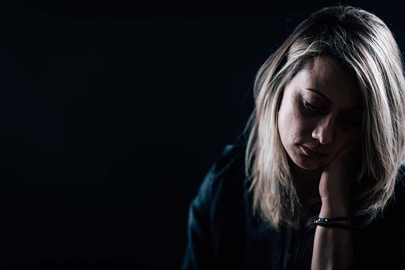 depression-dark-portrait-of-a-depressed-woman-73VN4SF.jpg